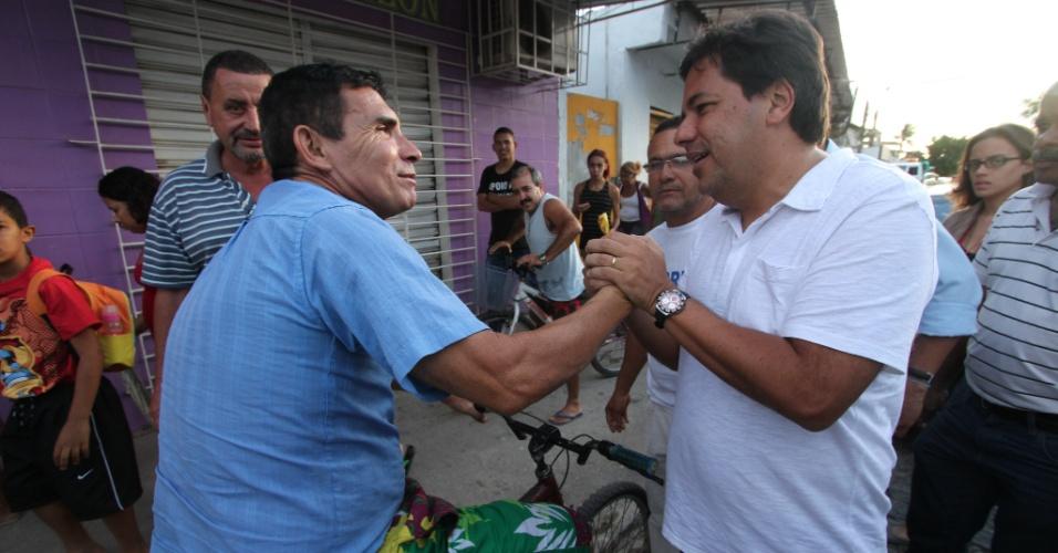 9.jul.2012 - Mendonça Filho (à dir.), candidato do DEM à Prefeitura do Recife, caminha pela comunidade de Engenho do Meio, na zona oeste da capital pernambucana