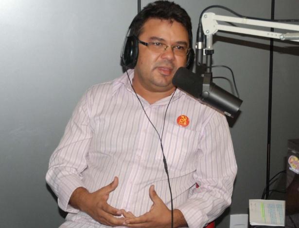 """9.jul.2012 - O candidato do PCB à Prefeitura de Natal, Roberto Lopes, prometeu um tom leve durante a campanha ao afirmar que """"o socialismo não precisa ser pregado de forma raivosa"""", em entrevista à """"Rádio Club Natal"""" nesta segunda-feira"""