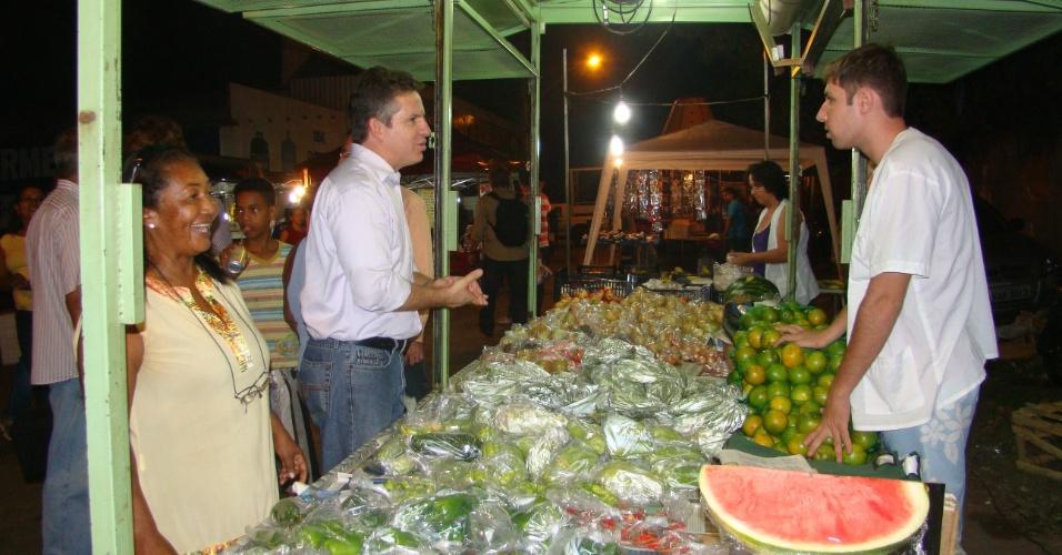 10.jul.2012 - O candidato do PSB à Prefeitura de Cuiabá, Mauro Mendes, visitou na noite desta terça-feira as feiras dos bairros de Santa Inês e Planalto