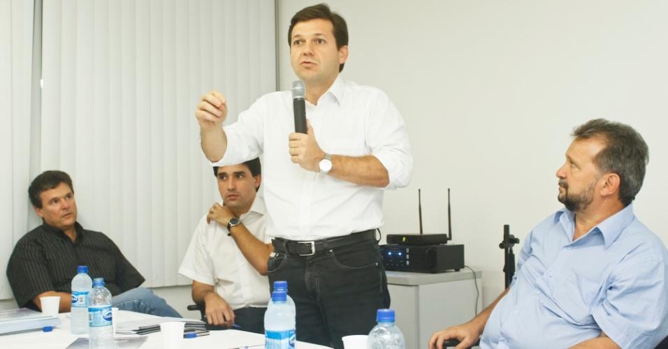 10.jul.2012 - O candidato do PSB à Prefeitura do Recife, Geraldo Julio, se reuniu com integrantes da Assovepe (Associação de Revendedores de Veículos de Pernambuco). Mais cedo, o candidato esteve com taxistas para pedir apoio