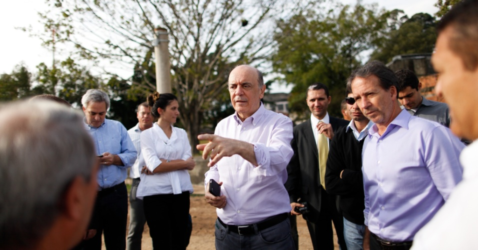 11.jul.2012 - Edson Aparecido (à dir.), coordenador de campanha de José Serra (PSDB) à Prefeitura de São Paulo, participou nesta quarta-feira da visita do candidato ao bairro da Vila Sônia, depois de ter cogitado, na semana passada, abandonar a campanha tucana. Serra (à esq.) negou desavenças na equipe: ?Não tem nada disso, está tudo bem entre todos nós?, disse Serra