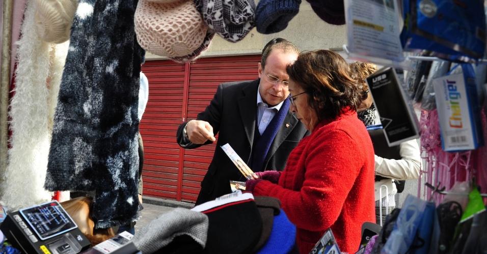 11.jul.2012 - O candidato do PT à Prefeitura de Porto Alegre, Adão Villaverde, fez uma caminhada pela avenida Azenha, onde conversou com comerciantes sobre segurança pública e infraestrutura do bairro