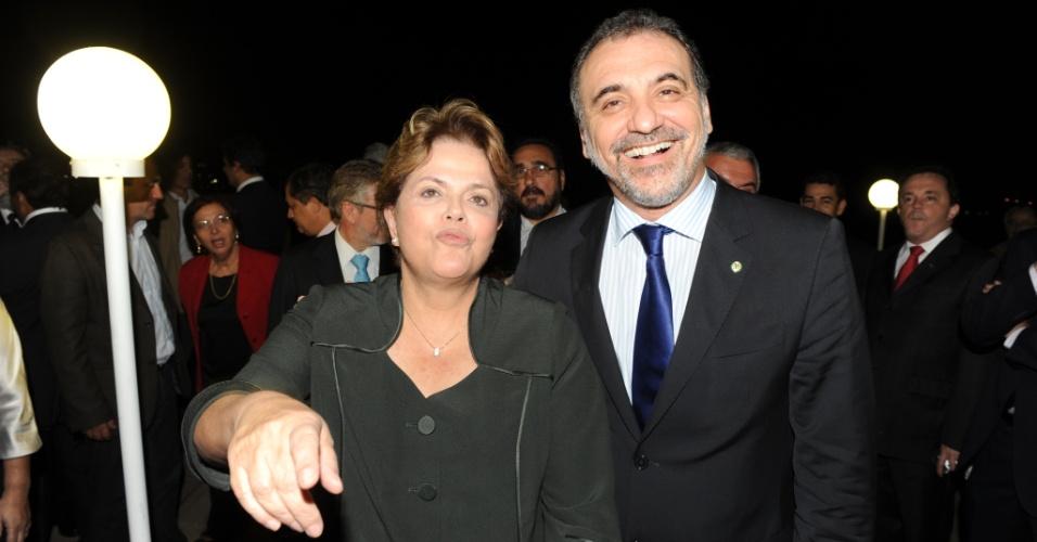 11.jul.2012 - O candidato do PT à Prefeitura de Salvador, Nelson Pelegrino, aproveita um jantar de petistas com parlamentares e autoridades da sigla no governo federal, na noite desta terça-feira (10) em Brasília, para tirar uma foto com a presidente Dilma Rousseff