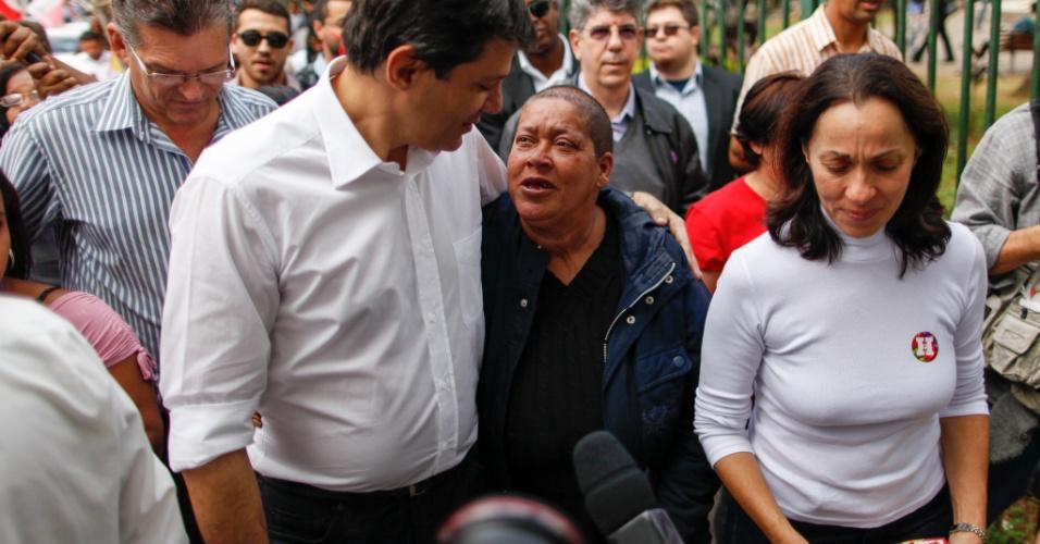 11.jul.2012 - O candidato do PT à Prefeitura de São Paulo, Fernando Haddad, foi abordado por uma moradora de rua, durante caminhada na zona sul da cidade. Após ser abraçado, Haddad entregou uma nota de R$ 2 à mulher. No mesmo evento, o petista foi criticado por aliança com Maluf