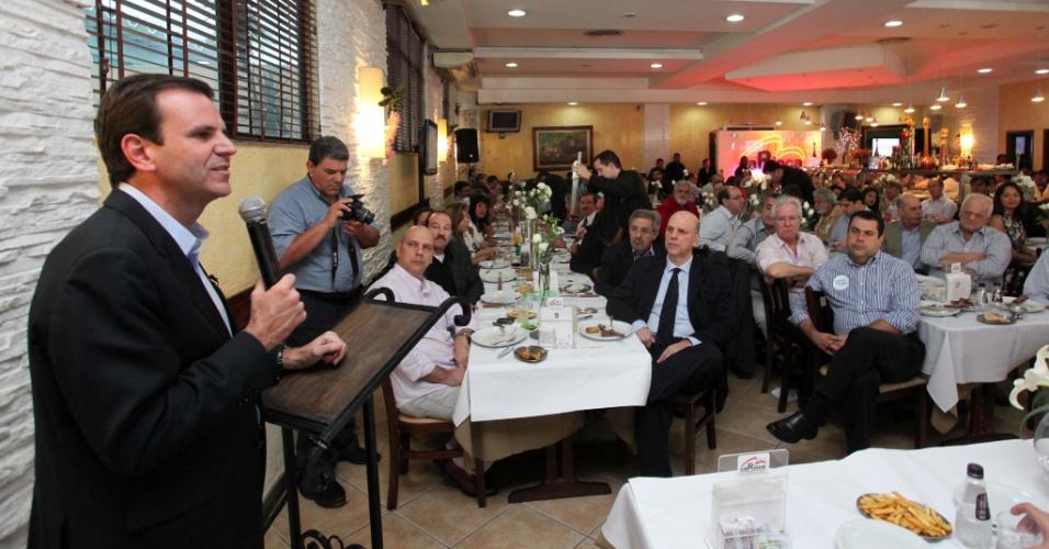 11.jul.2012 - O prefeito do Rio de Janeiro Eduardo Paes (PMDB), em campanha pela reeleição, participou de um encontro com representantes da Acija (Associação Comercial e Industrial de Jacarepaguá), nesta quarta-feira