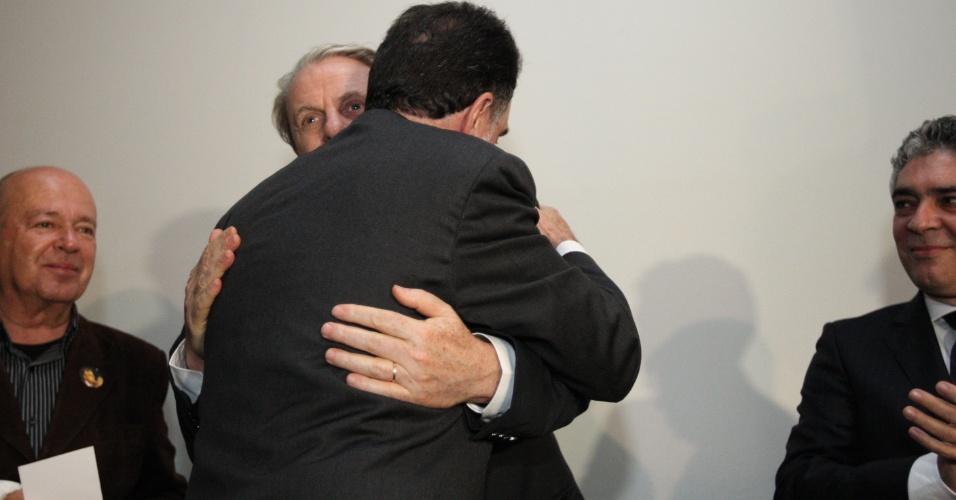 11.jul.2012 - Os candidatos à Prefeitura de Belo Horizonte Patrus Ananias (PT) e Marcio Lacerda (PSB) se encontraram pela primeira vez após o rompimento da aliança entre os dois partidos. Patrus e Lacerda se abraçaram durante lançamento de um livro