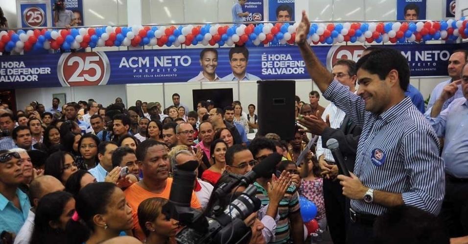 12.jul.2012 - ACM Neto, candidato do DEM à Prefeitura de Salvador, acena para correligionários durante a inauguração de seu comitê eleitoral em Salvador, nesta quinta-feira (12)
