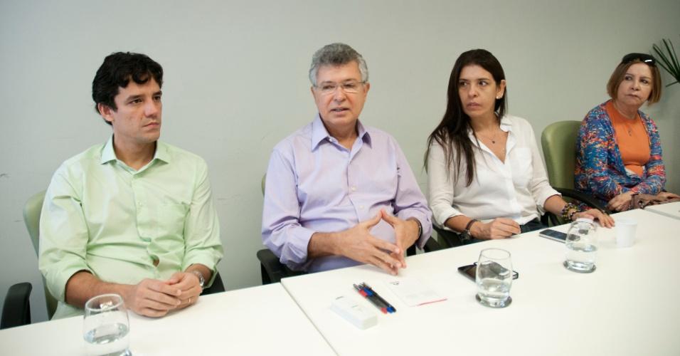 12.jul.2012 - O candidato Daniel Coelho (PSDB) e sua vice, Débora Albuquerque, se reuniram com o prefeito de Jaboatão dos Guararapes (PE), Elias Gomes, para conhecer mais a fundo o modelo de gestão implantando no município