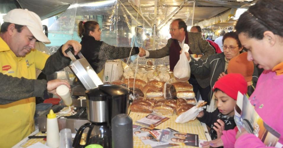 12.jul.2012 - O candidato do PT à Prefeitura de Porto Alegre, Adão Villaverde, cumprimenta comerciante durante visita à Feira Modelo da Vila Bom Jesus, nesta quinta-feira (12)