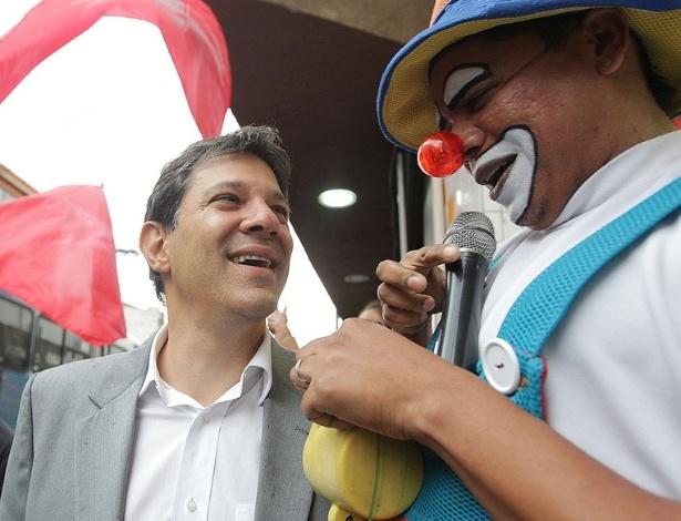 12.jul.2012 - Durante caminhada no bairro da vila Alpina, o candidato à Prefeitura de São Paulo Fernando Haddad (PT) posou para fotos com o palhaço Caramelo
