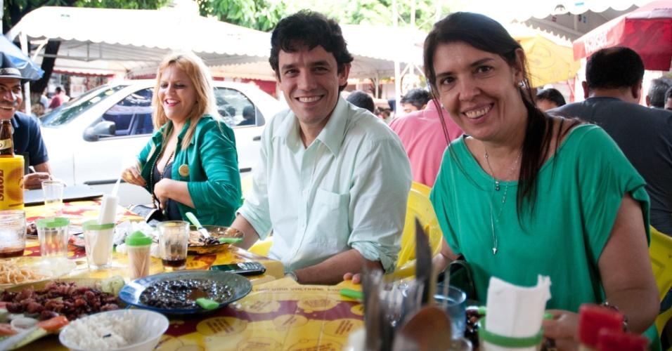 13.jul.2012 - Daniel Coelho (PSDB) visitou o mercado público da Boa Vista, onde almoçou com correligionários e sua vice, Débora Albuquerque (PPS)