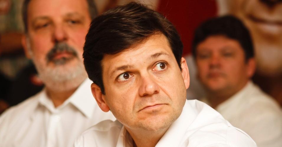 13.jul.2012 - Geraldo Júlio, candidato do PSB à Prefeitura do Recife, assiste a discurso durante almoço com lideranças do PTB nesta sexta-feira (13)