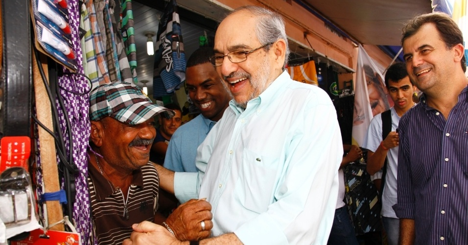13.jul.2012 - Mário Kértesz, candidato do PMDB à Prefeitura de Salvador, cumprimenta comerciante caminhada na Avenida J.J.Seabra, na Baixa dos Sapateiros, nesta sexta-feira (13)