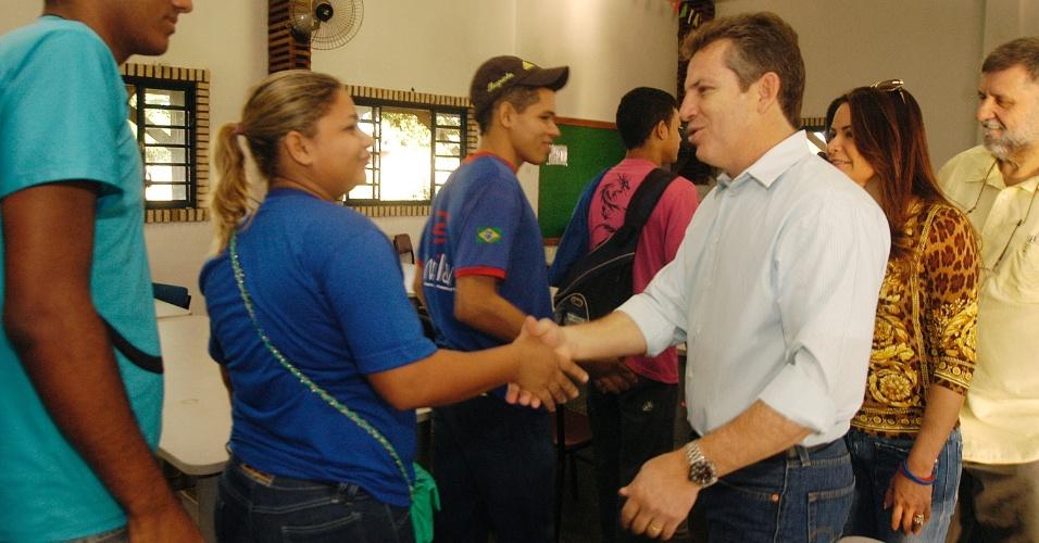 13.jul.2012 - Mauro Mendes, candidato do PSB à Prefeitura de Cuiabá, cumprimenta trabalhadores de uma fábrica durante visita ao Distrito Industrial, nesta sexta-feira (13)