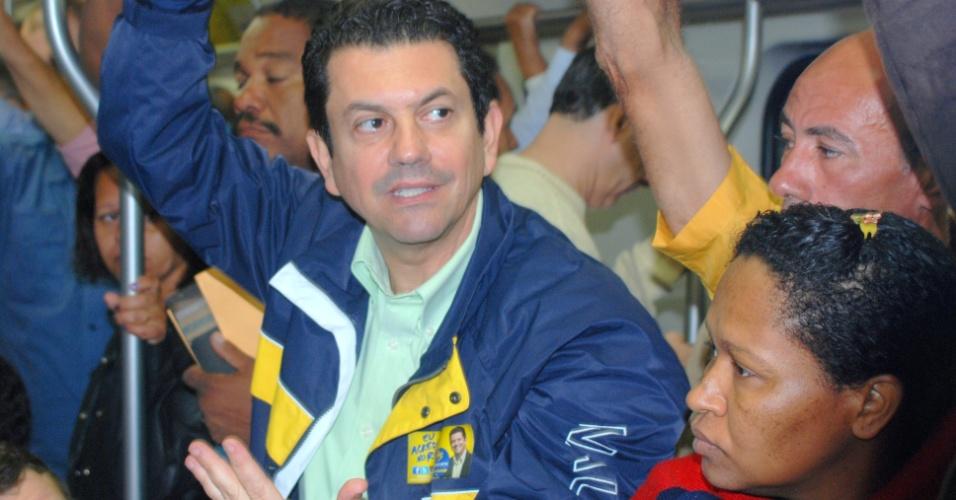 13.jul.2012 - O candidato a prefeito do Rio de Janeiro Otavio Leite (PSDB) embarcou no trem das 6h25, em Santa Cruz, em direção à Central do Brasil, para verificar as condições deste meio de transporte da cidade