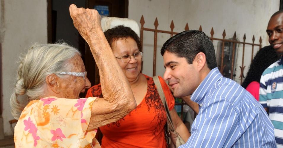 13.jul.2012 - O candidato do DEM à Prefeitura de Salvador, ACM Neto, brinca com eleitora idosa durante no Nordeste de Amaralina e Vale das Pedrinhas