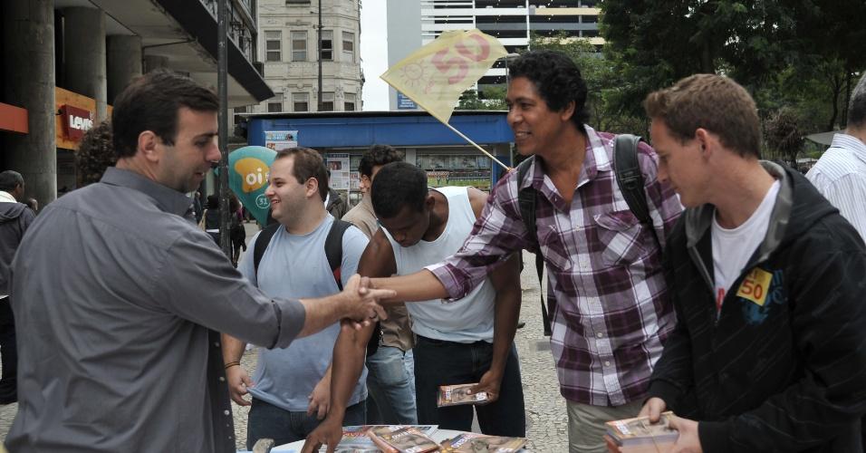 13.jul.2012 - O candidato do PSOL à Prefeitura do Rio de Janeiro, Marcelo Freixo, montou uma mesa para distribuição de material de campanha na praça Mário Lago, no centro do Rio, e cumprimentou eleitores nesta sexta-feira (13)
