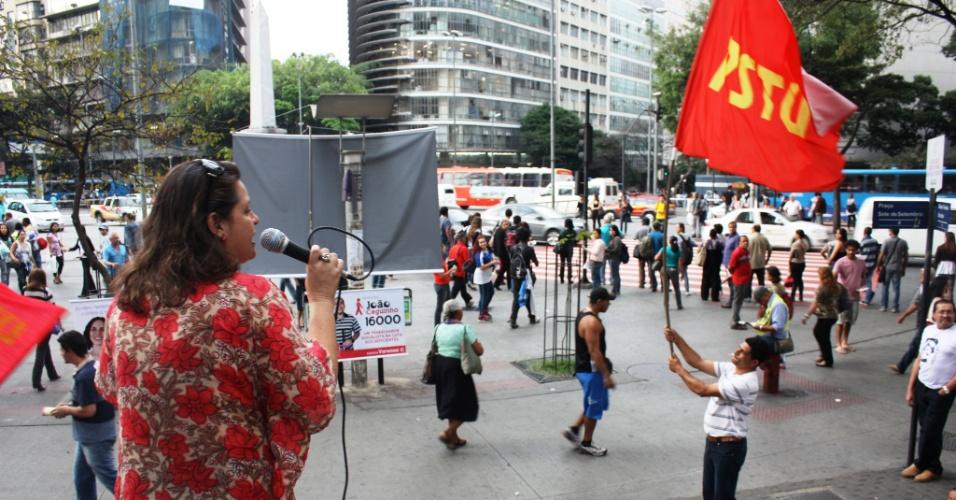 13.jul.2012 - Vanessa Portugal, candidata do PSTU à Prefeitura de Belo Horizonte, faz discurso para poucos espectadores na praça Sete nesta sexta-feira (13)