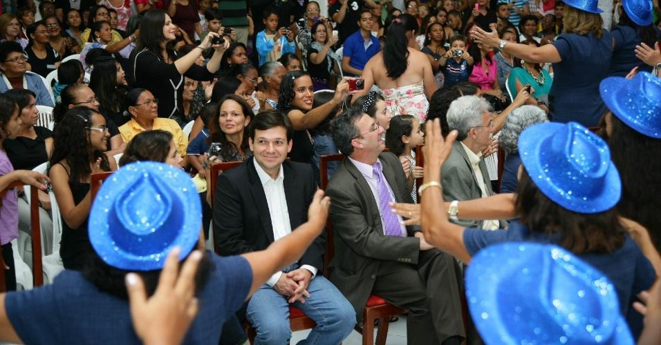 13.jul.2012 - Geraldo Julio (no centro, com camisa branca e paletó escuro), candidato do PSB à Prefeitura do Recife, recebe o apoio da Igreja do Evangelho Quadrangular