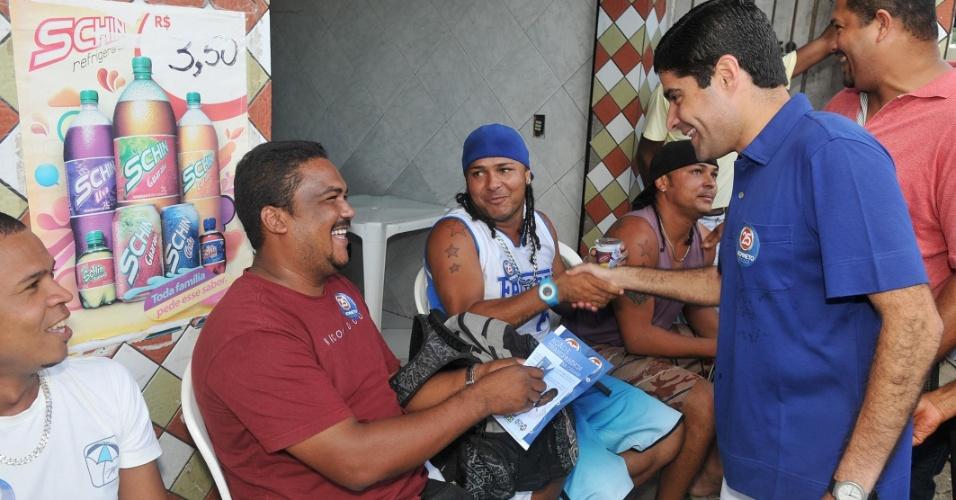 14.jul.2012 - ACM Neto, candidato do DEM à Prefeitura de Salvador, faz campanha e cumprimeenta moradores no bairro de Pirajá, na manhã deste sábado