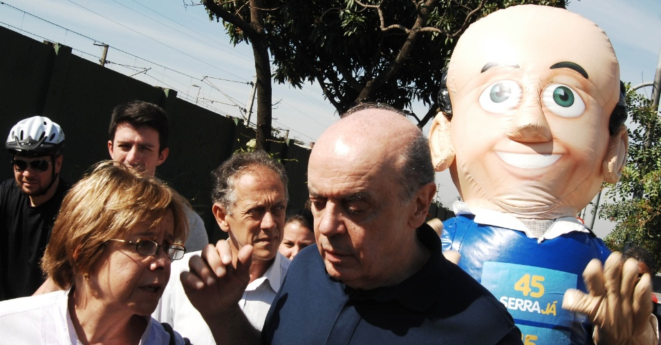 """14.jul.2012 - José Serra, candidato do PSDB à Prefeitura de São Paulo, faz campanha na zona leste da capital paulista neste sábado com a ajuda do boneco inflável """"Serrinha"""""""