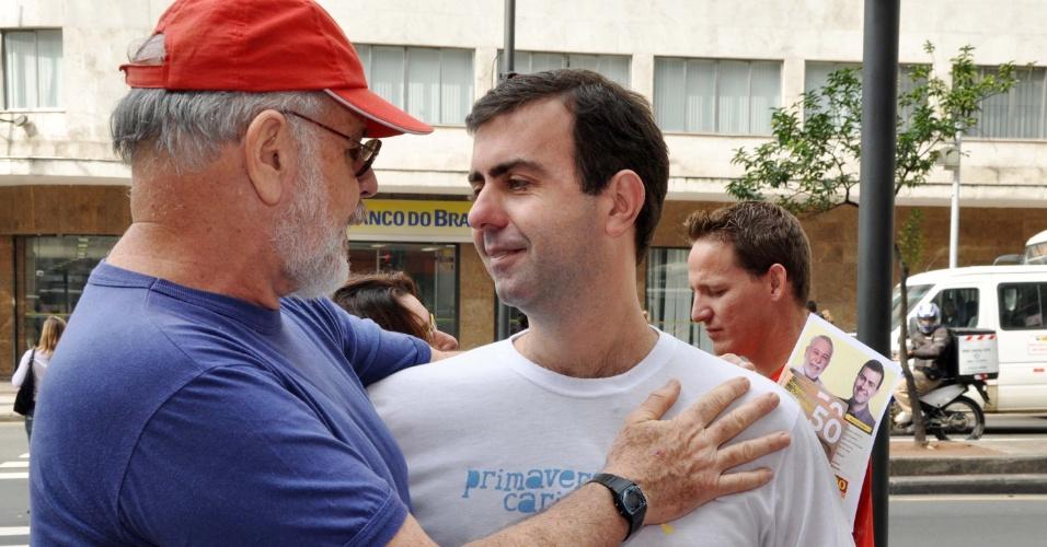 14.jul.2012 - Marcelo Freixo, candidato do PSOL à Prefeitura do Rio de Janeiro, cumprimenta eleitor durante caminhada na avenida Saens Pena, neste sábado