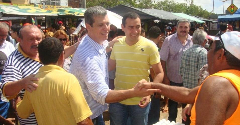 14.jul.2012 - Marcos Cals, candidato do PSDB à Prefeitura de Fortaleza, cumprimenta comerciante durante campanha na feira do São Cristóvão, na manhã deste sábado