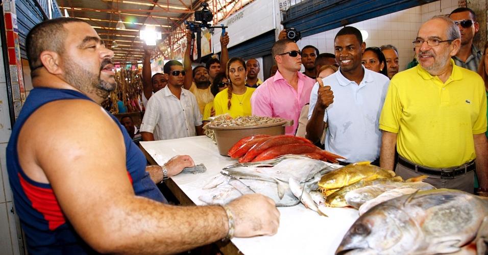 14.jul.2012 - Mário Kertész (de amarelo), candidato do PMDB à Prefeitura de Salvador, visita o Centro de Abastecimento do bairro de Paripe na manhã deste sábado