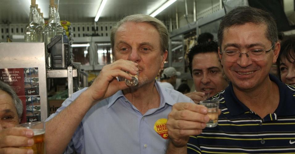 14.jul.2012 - O candidato à reeleição em Belo Horizonte pelo PSB, Marcio Lacerda, experimenta uma cachaça durante visita ao Mercado Central, na manhã deste sábado