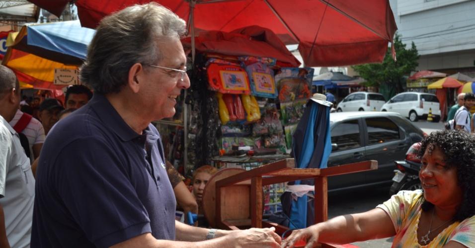 14.jul.2012 - O candidato do DEM à Prefeitura de Manaus, Pauderney Avelino, cumprimenta eleitora durante campanha no centro histórico na cidade, neste sábado (14)