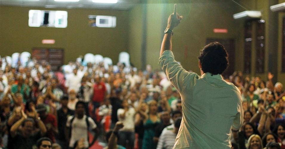 14.jul.2012 - O candidato do PSDB à Prefeitura do Recife, Daniel Coelho, discursa para partidários durannte o lançamento oficial da sua campanha e de seu programa de governo, no teatro Boa Vista, neste sábado