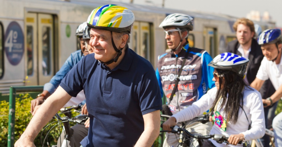 14.jul.2012 - O candidato tucano à Prefeitura de São Paulo, José Serra, participou de um passeio de bicicleta na manhã deste sábado pela Ciclovia da Radial Leste, em Itaquera, zona leste da capital paulista. Serra também visitou as obras do Itaquerão