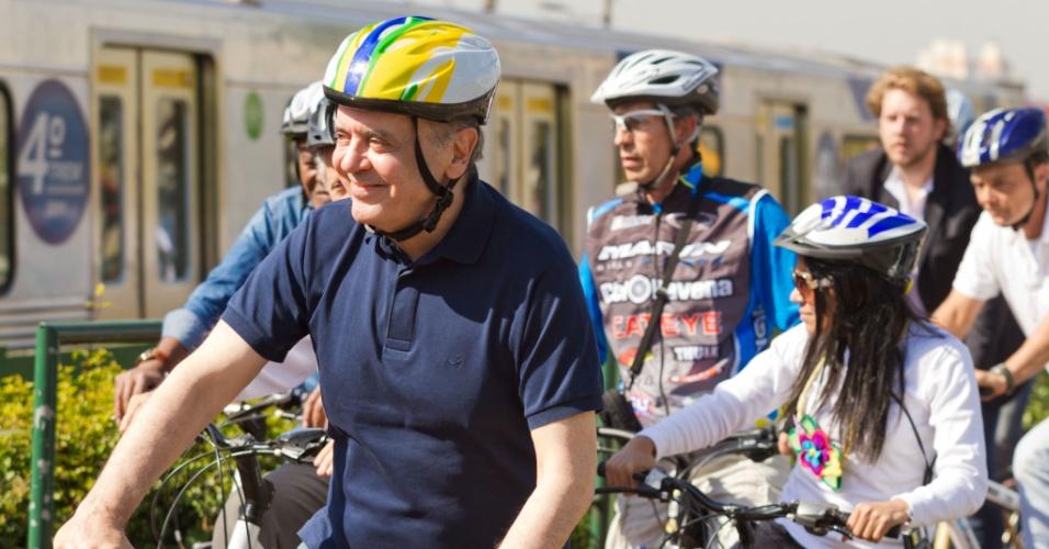 14.jul.2012 - O candidato tucano à Prefeitura de São Paulo, José Serra, participou de um passeio de bicicleta na manhã deste sábado pela Ciclovia da Radial Leste, em Itaquera, zona leste da capital paulista. Serra também visitou as obras do Itaquerão