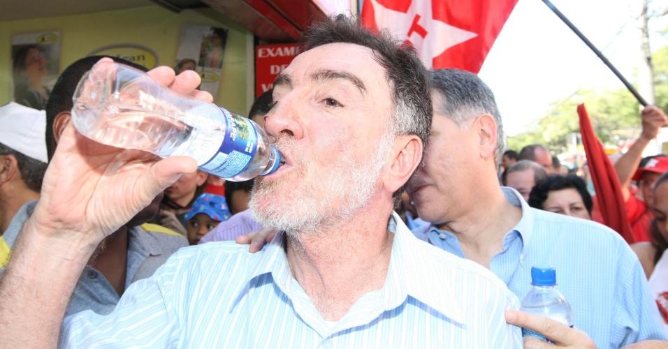 14.jul.2012 - Patrus Ananias, candidato do PT à Prefeitura de Belo Horizonte, se refresca com um gole de água durante caminhada pelas ruas do bairro Venda Nova, neste sábado