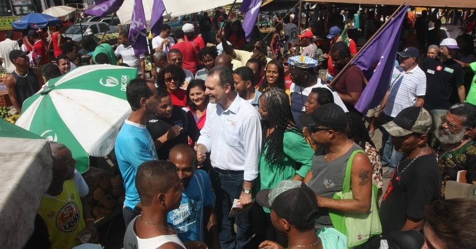 14.jul.2014 - O candidato do PT à Prefeitura de Salvador, Nelson Pelegrino, cumprimenta eleitor durante caminhada pelo comércio de rua no bairro de Cajazeiras, na manhã deste sábado