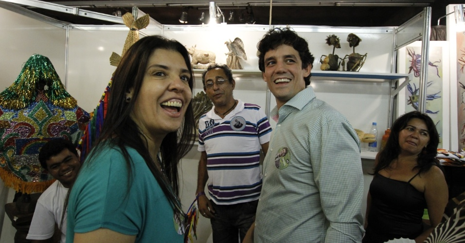 15.jul.2012 - Daniel Coelho (à direita), candidato do PSDB à Prefeitura do Recife, visitou na manhã deste domingo a Fenearte, no Centro de Convenções, acompanhado de sua família