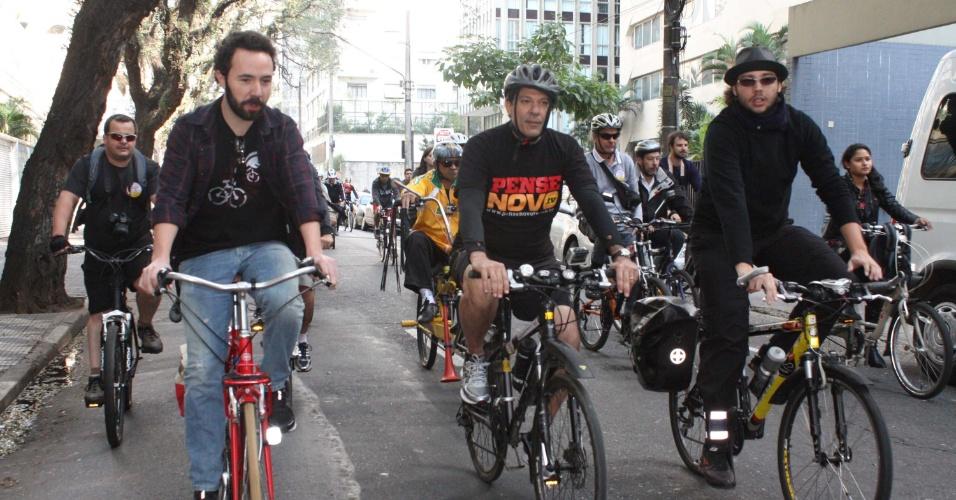 15.jul.2012 - Fernando Haddad (no centro), candidato do PT à Prefeitura de São Paulo, participou de pedalada do centro até a praça do Ciclista, na avenida Paulista, onde entregou carta de compromisso com a mobilidade das bicicletas na capital para ativistas do ciclismo, neste domingo