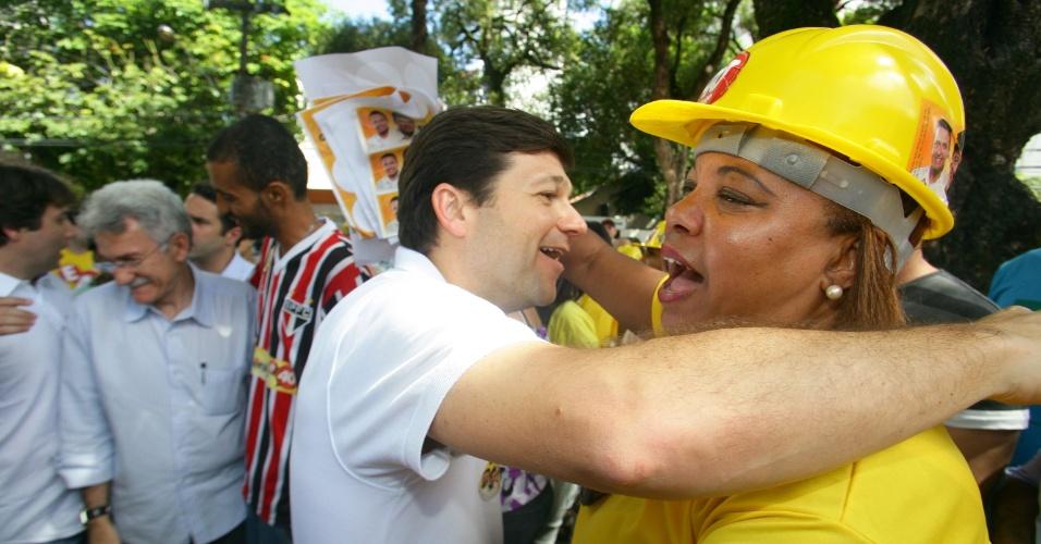15.jul.2012 - Geraldo Julio, candidato do PSB à Prefeitura do Recife, abraça militante durante a inauguração do comitê político do candidato a vereador Inácio Neto (PSB), na manhã deste domingo