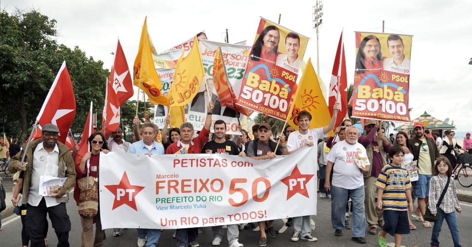 15.jul.2012 - Marcelo Freixo (de preto, no centro), candidato do PSOL à Prefeitura do Rio de Janeiro, faz caminhada na orla de Copacabana ao lado de militantes petistas dissidentes, neste domingo. O PT apoia oficialmente a reeleição do prefeito Eduardo Paes (PMDB)