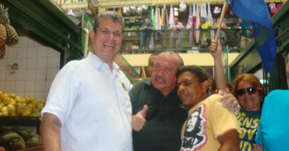 15.jul.2012 - Marcos Cals (de branco), candidato do PSDB à Prefeitura de Fortaleza, visitou o mercado São Sebastião acompanhado do seu vice, dr. Hugo (de verde), na manhã deste domingo