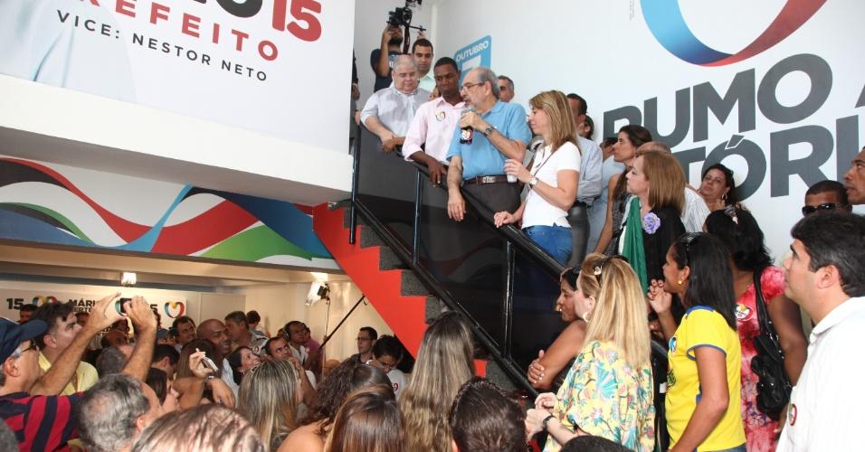 15.jul.2012 - Mário Kertész (de azul, na escada), candidato do PMDB à Prefeitura de Salvador, faz discurso durante a inauguração seu comitê eleitoral, no Rio Vermelho, neste domingo