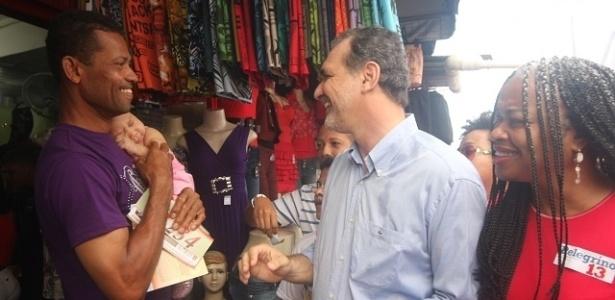 15.jul.2012 - O candidato do PT à Prefeitura de Salvador, Nelson Pelegrino, cumprimenta eleitor durante caminhada pelo comércio de rua no bairro do Pau da Lima, neste domingo