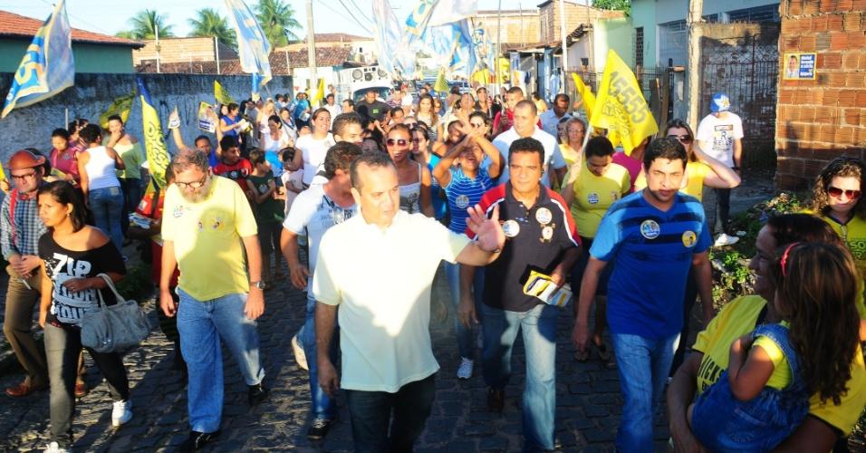 15.jul.2012 - O candidato do PSDB à Prefeitura de Natal, deputado federal Rogério Marinho (ao centro), fez uma caminhada pelo bairro Igapó, na zona norte da capital potiguar