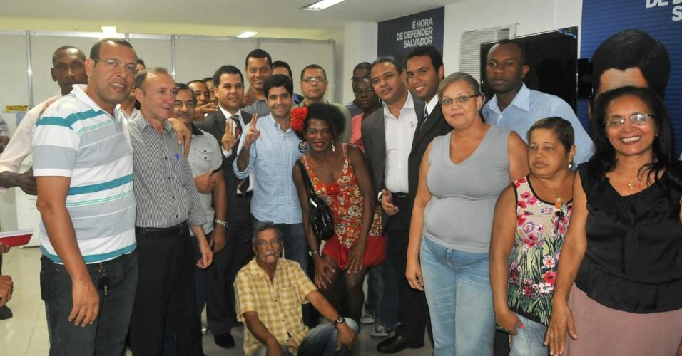 16.jul.2012 - O candidato do DEM à Prefeitura de Salvador, ACM Neto (no centro, de azul), se reuniu com os candidatos a vereador pelo PSDB em seu comitê de campanha. O apoio do PSDB à Neto em Salvador foi um dos fatores que levaram o DEM a apoiar José Serra (PSDB) em São Paulo