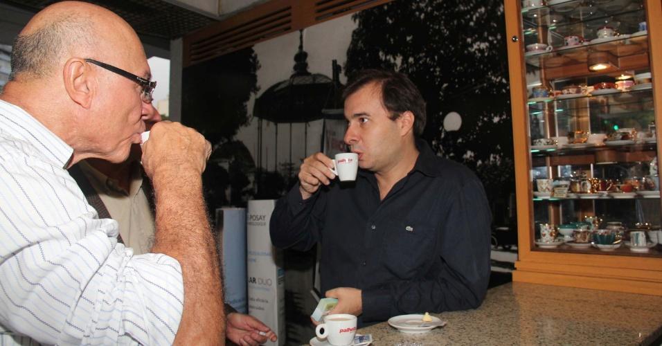 """16.jul.2012 - O candidato do DEM à prefeitura do Rio de Janeiro, Rodrigo Maia, da coligação """"Um Rio melhor para os cariocas"""" (DEM-PR), visitou nesta segunda-feira (16) o Café Palheta, na praça Saens Pena, no Rio"""