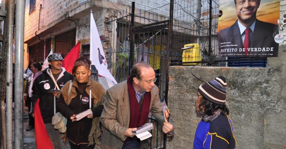 16.jul.2012 - O candidato do PT à Prefeitura de Porto Alegre, Adão Villaverde, fez uma caminhada no bairro de Vila Renascença, na capital gaúcha