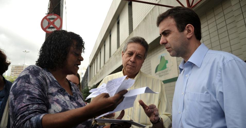 17.jul.2012 - Marcelo Freixo, candidato do PSOL à Prefeitura do Rio de Janeiro, ouve queixas de eleitora durante visita ao Hospital Municipal Miguel Couto, nesta terça-feira (17)