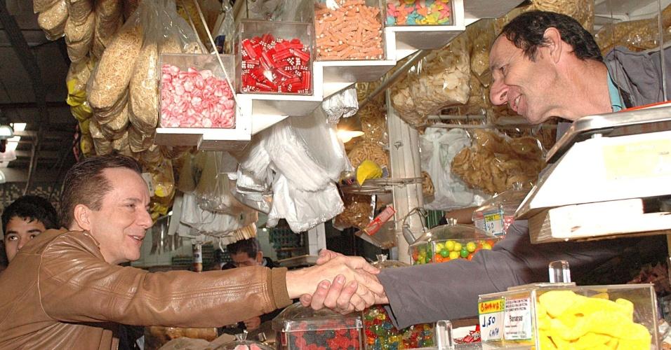 17.jul.2012 - O candidato à Prefeitura de São Paulo pelo PRB, Celso Russomanno, cumprimenta comerciante durante campanha no Mercadão da Lapa, nesta terça-feira