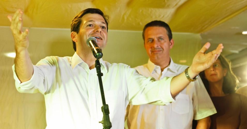 17.jul.2012 - Geraldo Júlio, candidato do PSB à Prefeitura do Recife, discursa durante encontro com artistas no Paço Alfândega ao lado do governador de Pernambuco Eduardo Campos