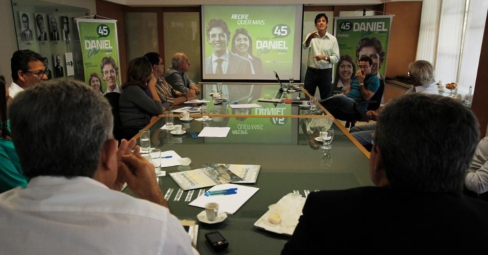 18.jul.2012 - Candidato do PSDB à Prefeitura do Recife, Daniel Coelho (em pé), apresenta suas propostas de governo aos diretores da CDL (Câmara de Dirigentes Lojistas)